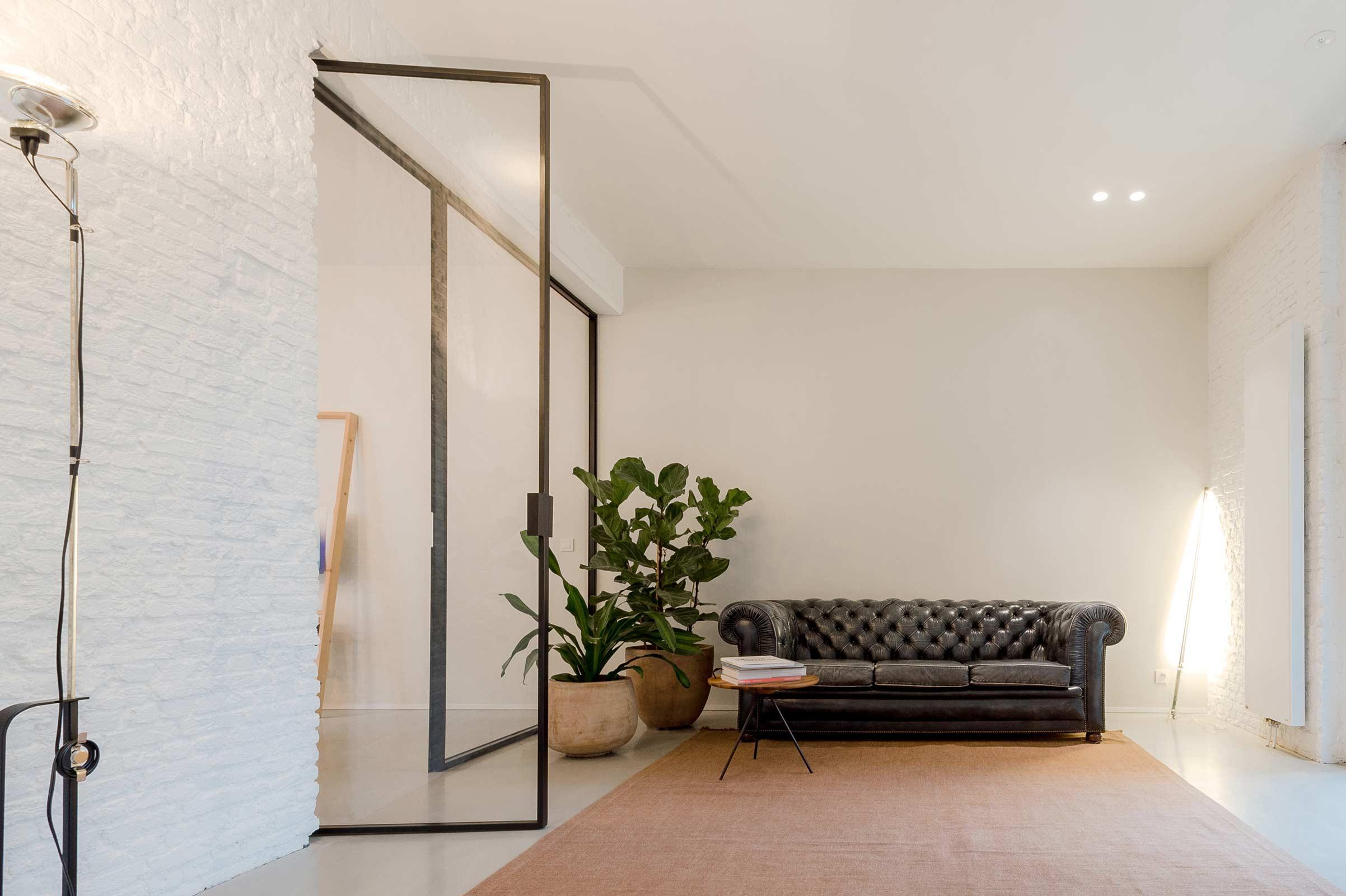 Studio Tolleneer - Office Antwerpen - Rijkswachtkazerne - Kerakoll wall muur - Chesterfield couch zetel