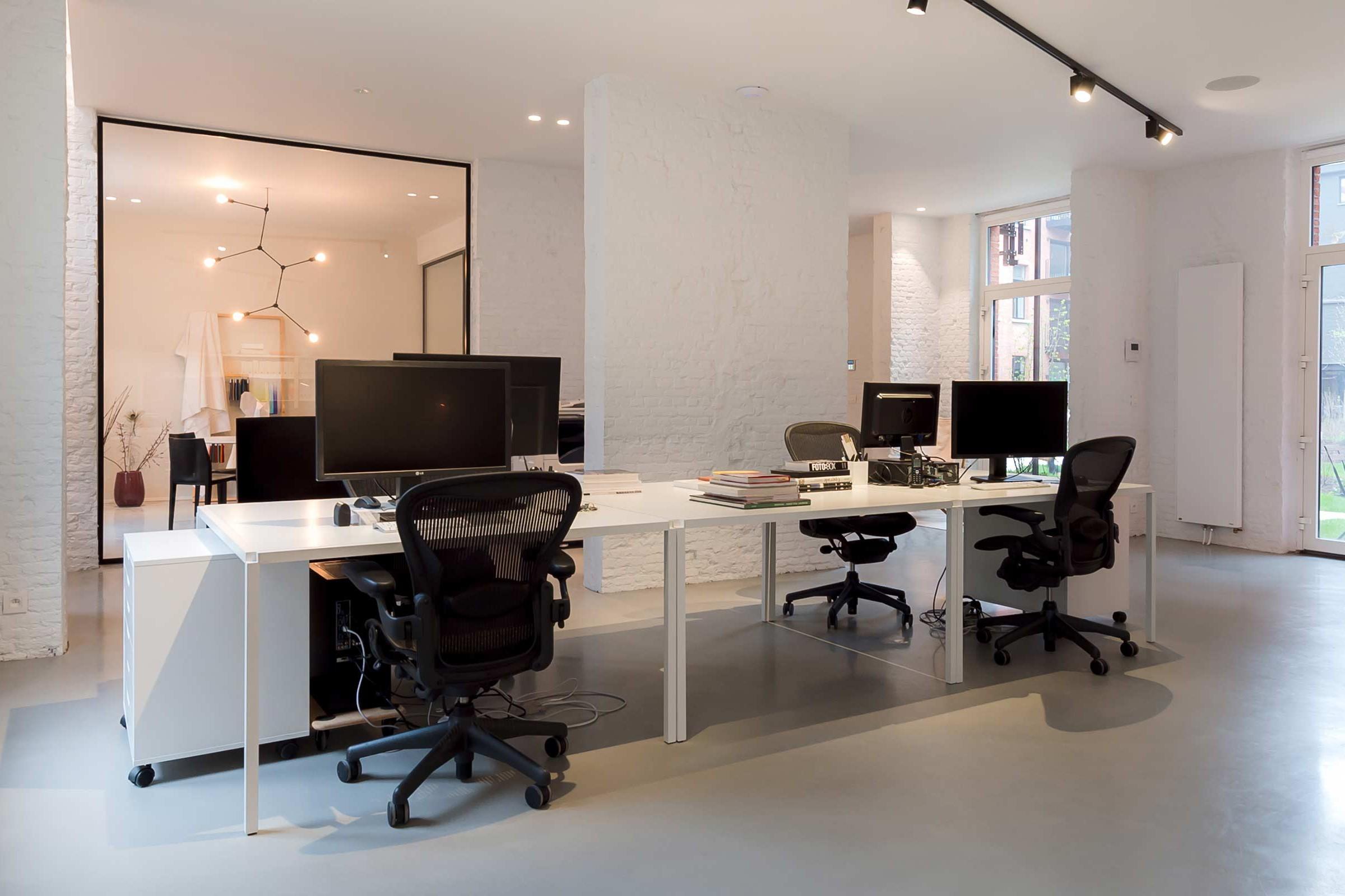 Studio Tolleneer - Office Antwerpen - Rijkswachtkazerne - MDF Italia Tense table tafel - Hermann Miller Aeron chair bureaustoel