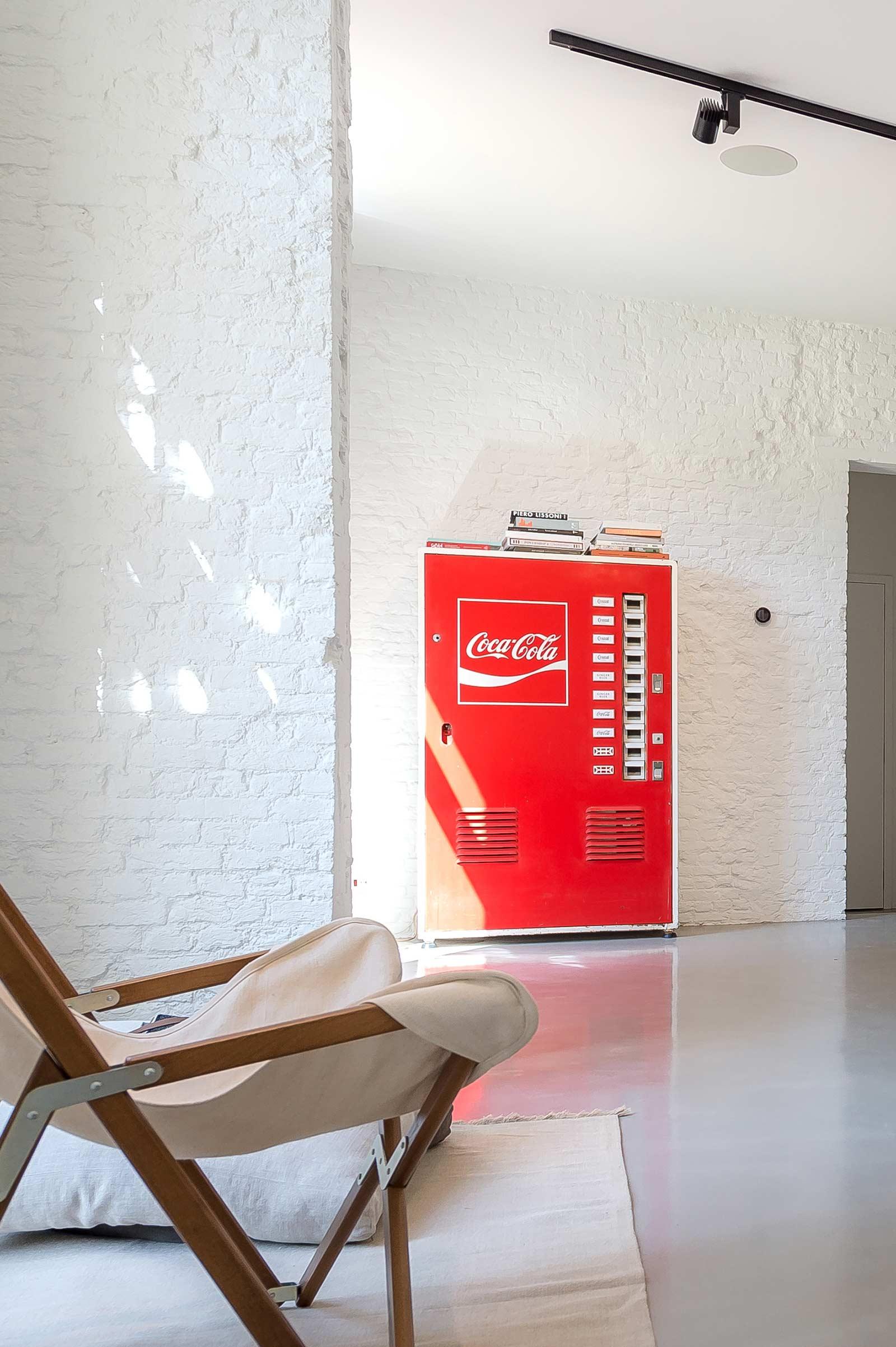 Studio Tolleneer - Office Antwerpen - Rijkswachtkazerne - Eligo La Tripolina chair stoel - Coke vending machine - coca-cola automaat