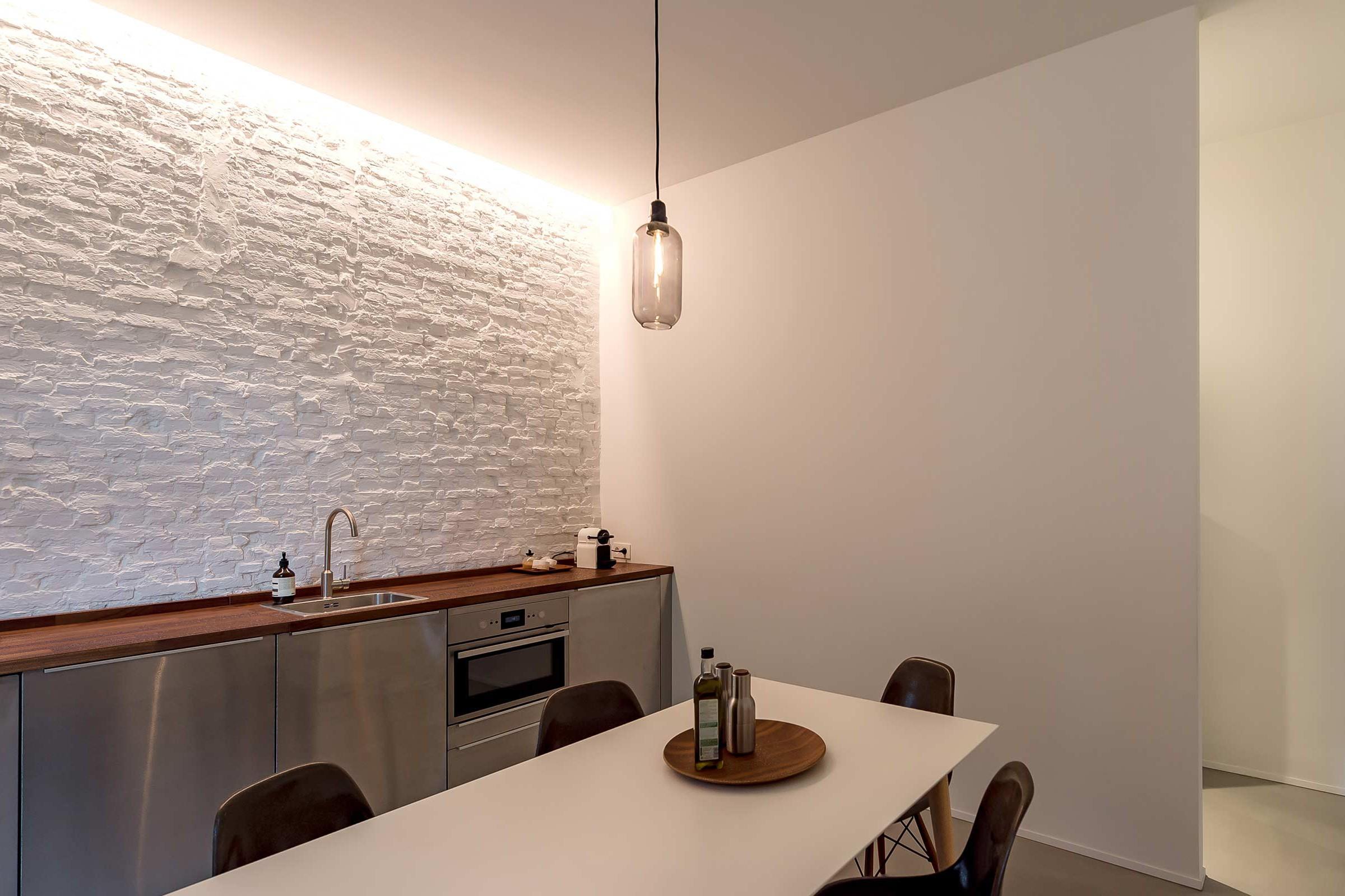 Studio Tolleneer - Office Antwerpen - Rijkswachtkazerne - Eames fiberglass chairs - glasvezel stoelen