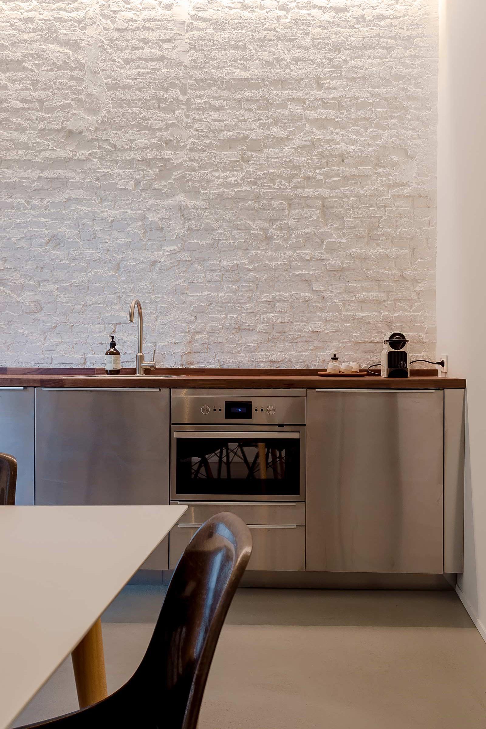 Studio Tolleneer - Office Antwerpen - Rijkswachtkazerne - Ikea keuken kitchen - Eames fiberglass chair glasvezel